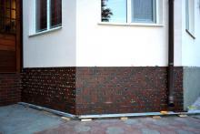 Отделка цоколя керамической плиткой