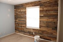 Оригинальное решение - декор стены в каркасном доме